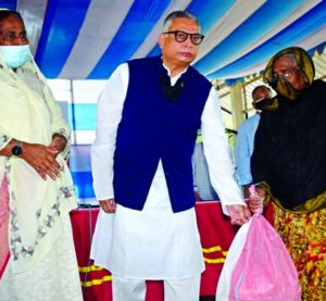 Tarique Afzal, President & Managing Director of AB Bank Limited along with Professor Dr. Hosne-Ara Begum, Executive Director of TMSS recently distributing food and relief materials among 1500 distressed families at Bogura who were hard hit during Covid pandemic. Senior Officials from both the organizations were present.