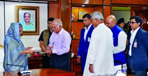 Chairman of Confidence Group Engineer Rezaul Karim and former Chairman Shamsul Alam, Bir Uttam, handing over a cheque to Prime Minister Sheikh Hasina for the rehabilitation of flood-affected people at the latter's office on Monday. Among others, Group Managing Director Imran Karim, Additional Managing Director Salman Karim and Head of HR & Corporate Communications Mohammed Tariqul Islam were also present.