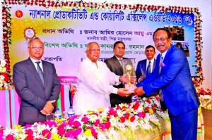 "Md. Quamrul Islam Chowdhury, Managing Director (Current Charge) of Mercantile Bank, receiving the ""National Productivity and Quality Excellence Award- 2016″ from Industries Minister Amir Hossain Amu, at Bangladesh Shilpakala Academy in the city on Wednesday. The award was given as recognition of customer service, CSR activities and overall good governance of the Bank."