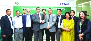 Md Motaleb Hossain, Deputy Managing Director of Standard Bank Limited and Al Emran Chowdhury, Chief Operating Officer of Lab Aid Hospital Ltd, sign an agreement in the city recently. Sharif Zahirul Islam, Head of Cards of the bank and Saifur Rahman Lenin, Head of the Health Check-up & Corporate Services Department of Labaid Group were also present.