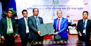 Dr. Md. Mofizur Rahman, Managing Director of SME Foundation and Md. Tajul Islam, Managing Director & CEO (CC) of Social Islami Bank Limited (SIBL), exchanging document after signing an agreement to disburse SME investment under the second phase of incentive package at SME Foundation head office in the capital recently.