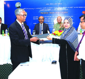 Uzma Chowdhury, Director (Corporate Finance) of PRAN-RFL Group and Rafiqul Islam, General Manager of Sonali Bank, sign an agreement for collateral free loan for the contract farmers of PRAN Dairy Limited with a view to rearing high quality cattle breeds and increasing production of dairy products at a city hotel on Wednesday. Bangladesh Bank Governor Fazle Kabir, Ahsan Khan Chowdhury, Chairman and Chief Executive Officer (CEO) of PRAN-RFL Group, Md. Obayed Ullah Al Masud, Managing Director of Sonali Bank and Senior Secretary of Bank and Financial Institutions Division Yunusur Rahman were also present.