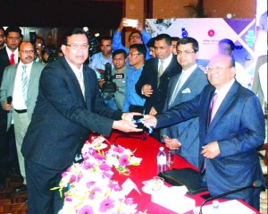 SM Amzad Hossain, Chairman of South Bangla Agricultural Bank Limited and Managing Director of Bagerhat Seafood Industries Ltd, receiving CIP card from Commerce Minister Tofail Ahmed for special contribution to the export of frozen foods at a city hotel on Sunday.