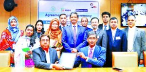 Md. Arfan Ali, President & Managing Director of Bank Asia Limited and Forkan Hossain, General Manager of Accounts & Budgeting Department of Bangladesh Bank (BB), exchanging document after signing an agreement at BB head office in the capital recently to provide Automated Challan Service (ACS). Under the deal, individuals, organization and customers will be able to deposit taxes, VAT, passport fees and other treasury fees directly to the Government Treasury using ACS through all branches, sub-branches, Islamic Windows and Agent outlets of Bank Asia. Top officials from both sides were present.